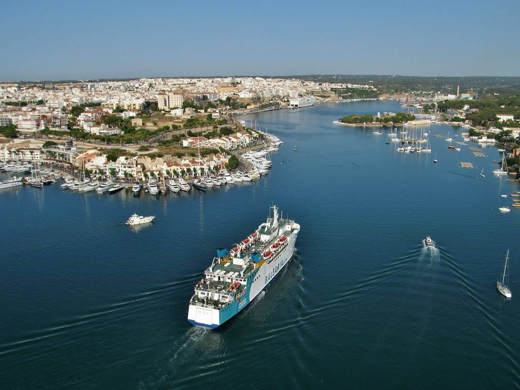Travel to Menorca with the family, how to get to the island?